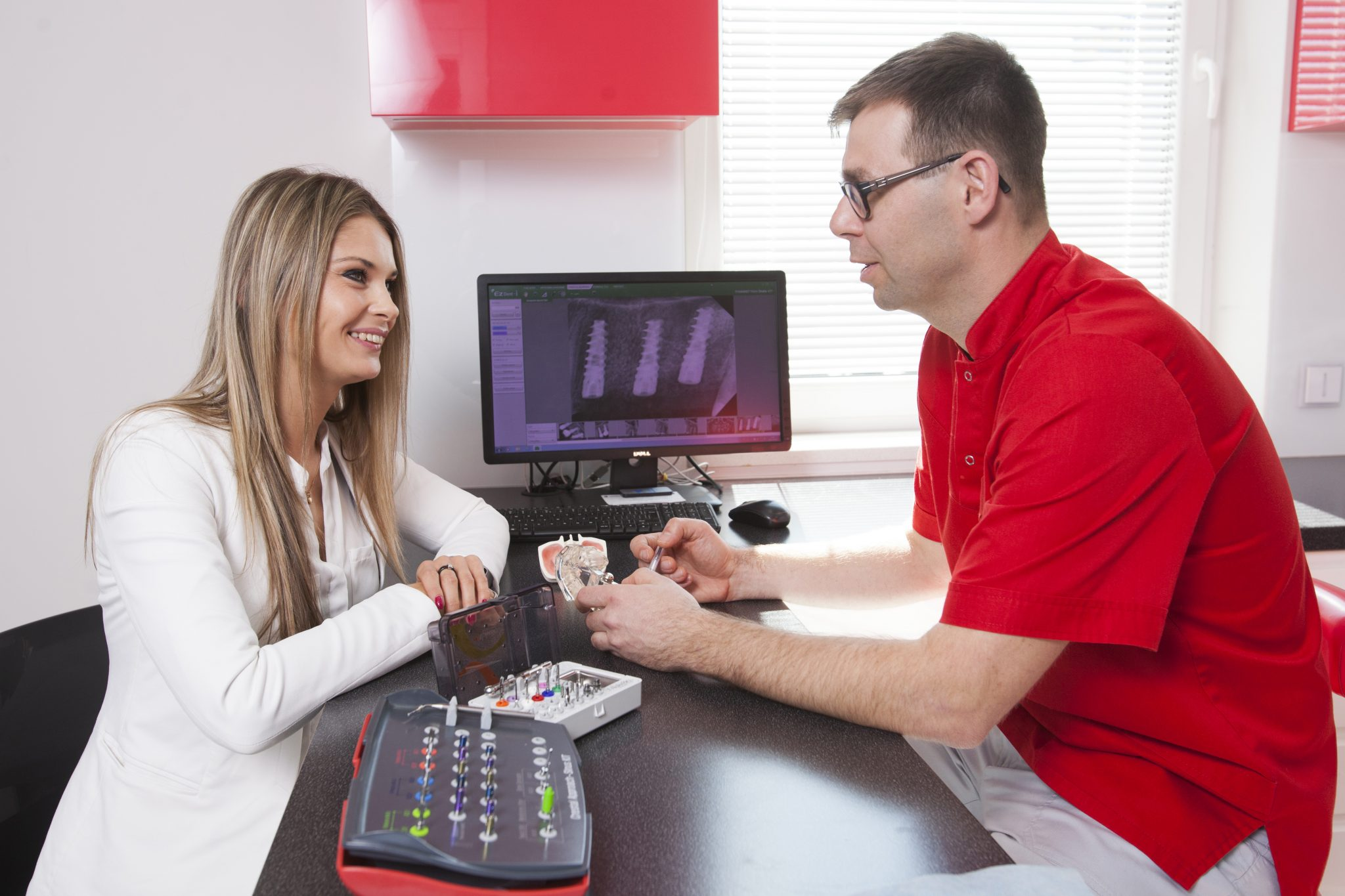 <h2>Trwałe i bezpieczne implanty</h2> <p>Wszystkich zabiegów dokonujemy z użyciem mikroskopów stomatologicznych, co gwarantuje precyzję, bezpieczeństwo i najwyższy standard usług.</p> <a href='http://premium-dent.com.pl/oferta/implanty-implantologia-rzeszow/ '>Więcej</a>